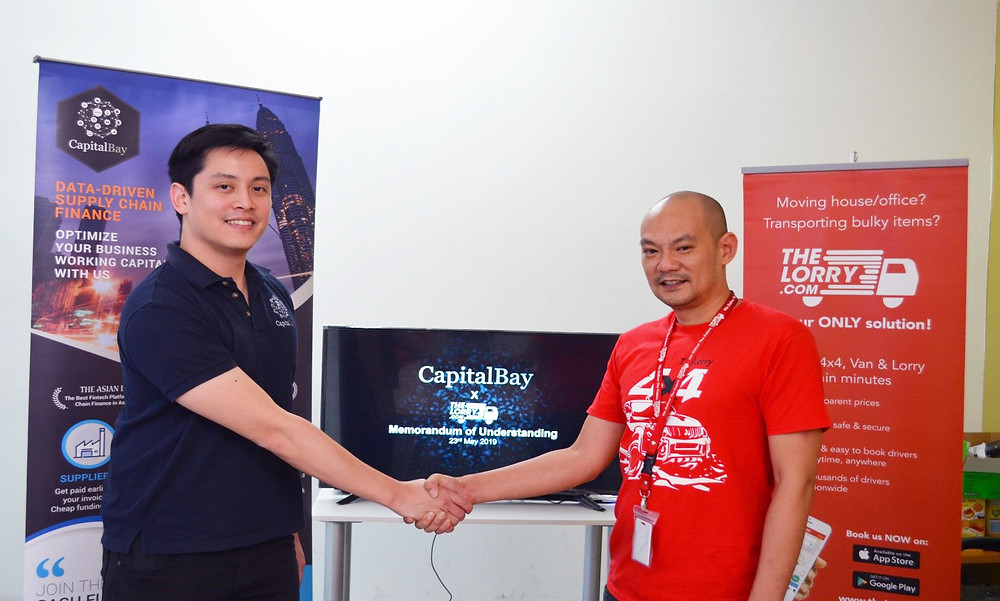 (from left to right: Darrel Ang, Co-founder of CapBay and Ethan Lim, Country Manager of TheLorry signs MoU)