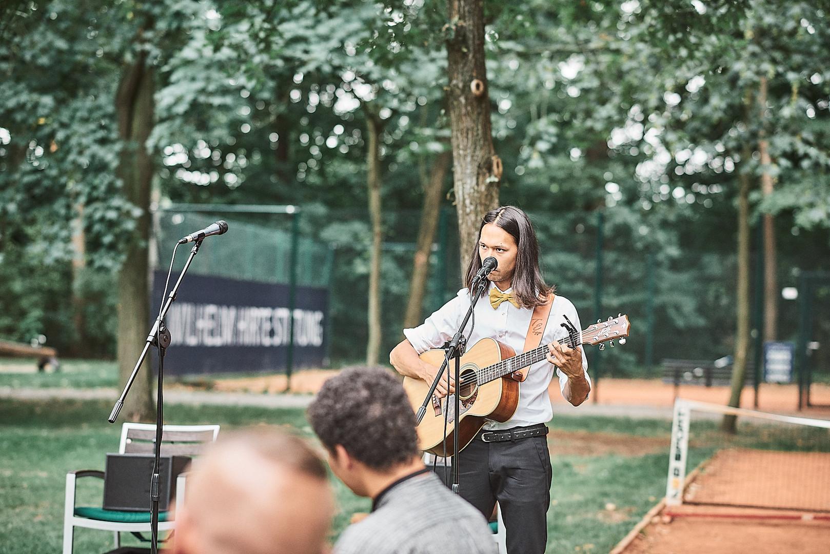 Kai Wenas bei einer Hochzeit im Freien in Hannover