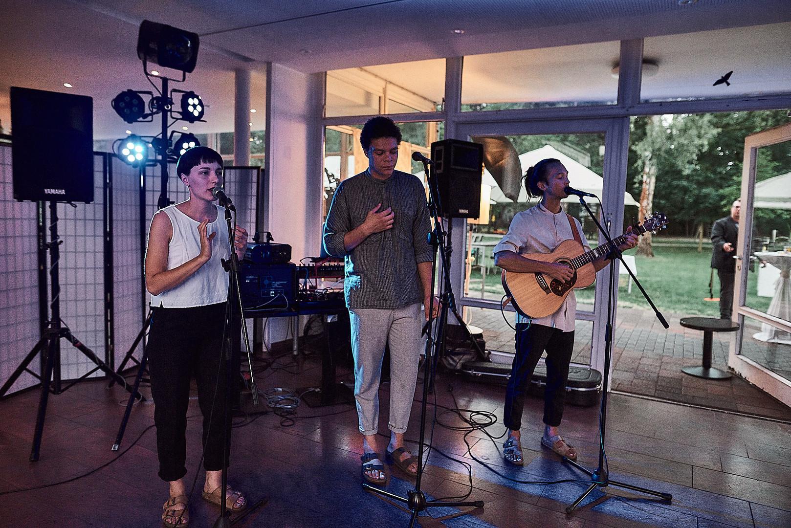 Kai Wenas, Philipp Oesterlen & Janna Berger während des Hochzeitstanzes 3