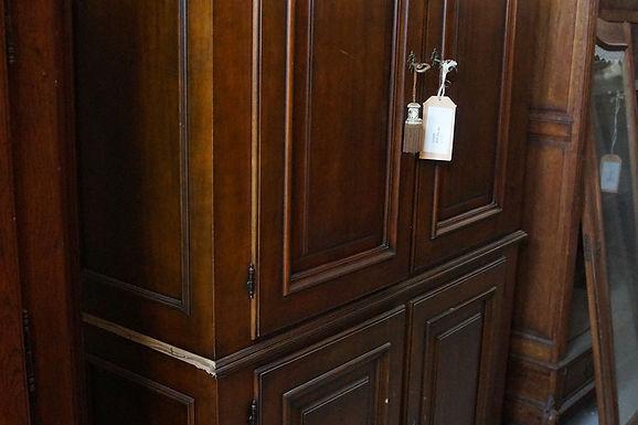 Масивен шкаф