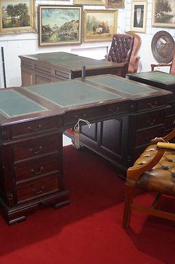 Честърфийлд бюро и два шкафа