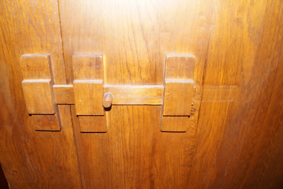 Дъбов шкаф тип сейф