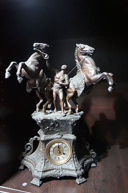 Каминен часовник с 2 статуетки