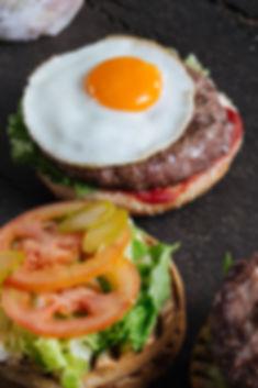 Гамбургер с жареным яйцом