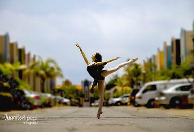 Bailarina en medio de la calle. Retrato urbano