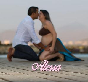 Pareja embarazados con el nombre de la bebe en primer plano y ellos besandose en blur en segundo plano