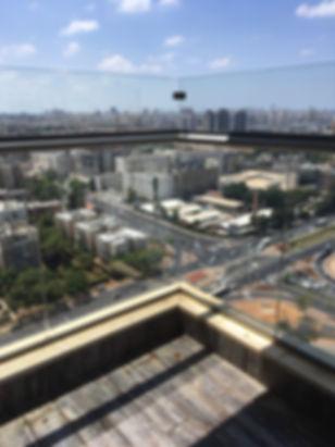 מעקה מוגבה במרפסת שמש - ניקוי חלונות