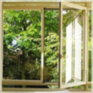 חלון לאחר ניקוי בבית