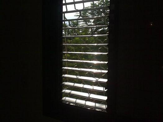 ניקוי תריסים בחלונות של דירה
