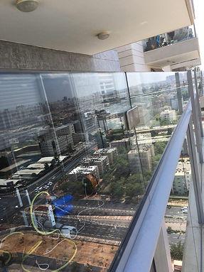 שקוף ניקוי חלונות מעקה מרפסת שמש מוגבה - אוסמוזה