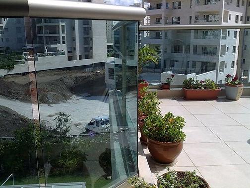 מעקה במרפסת שמש - ניקוי חלונות