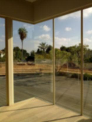 ניקוי וטרינות וחלונות גדולים