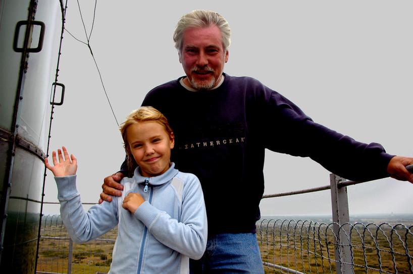 Barnbarnet Alicia med farfar Holger uppe på Hoburgens Fyr, år 2005.