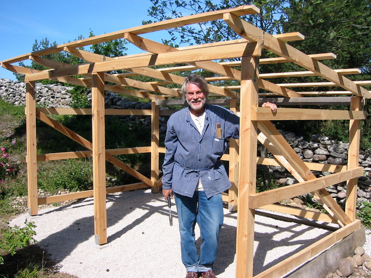 Holger bygger ett cykelskjul på Nore, Gotland. Stomme av gotländskt kärnvirke. 2006.