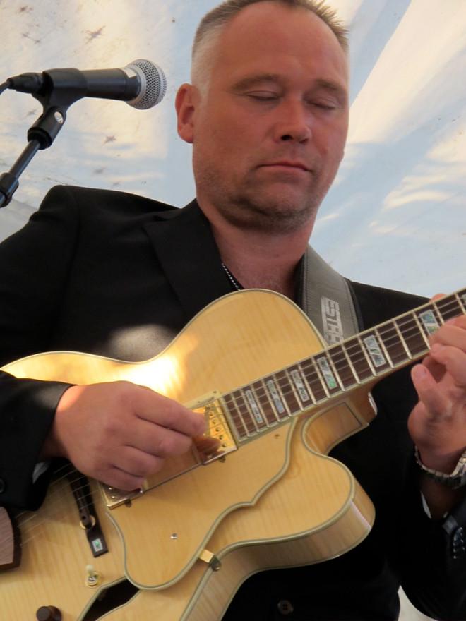 Värsta jazzgitarristen, vännen Andreas Pettersson i samband med gig på Fiket, Burgsvik.