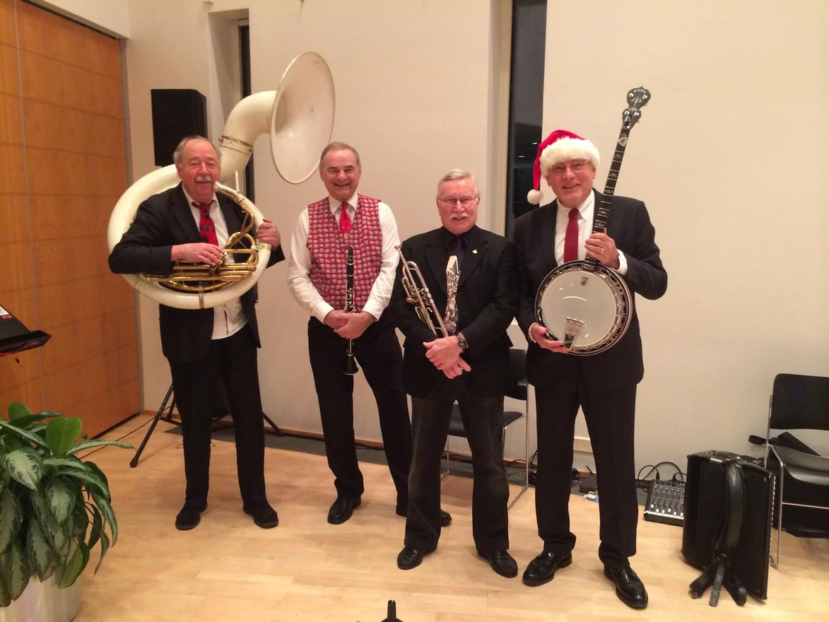 En tillfälligt sammansat julorkester, Tommy, Kajtek, Janne och Holger.