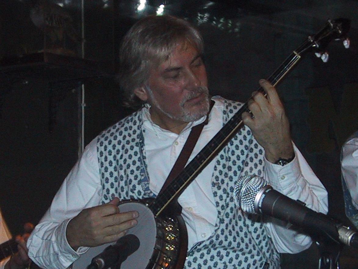Holger spelar på sin Vega Professional banjo.