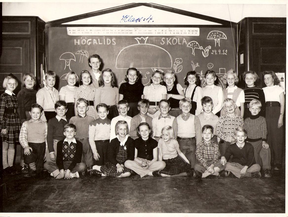Holger sittandes på främre raden längst till vänster. Högalids Folkskola 1952.