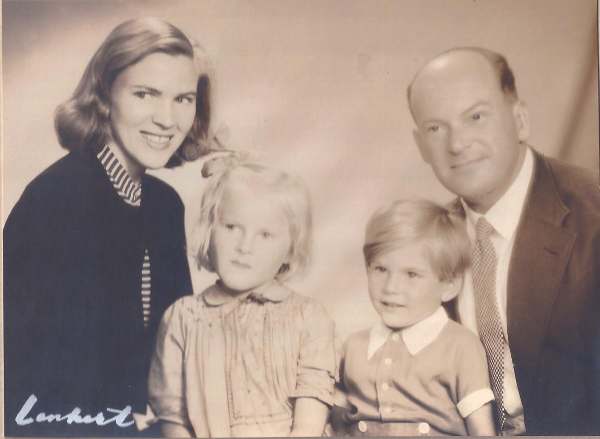 Familjen Gross år 1946: Mor Gunhild, storasyster Birgitta, lillebror Holger och pappa Walter.