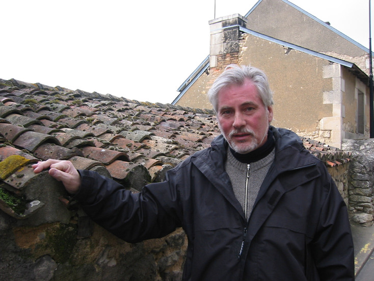 Holger utanför La Pomme Dór, Frankrike. År 2004. En liten by utanför staden Poiters.