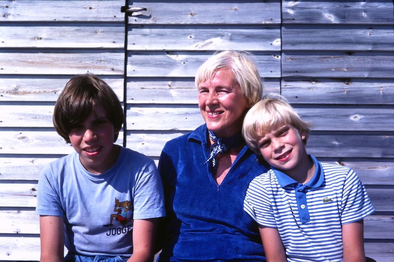 Duved. Jeppe, Farmis (farmor Ruth Gunhild), Jonas. Början 80-talet.