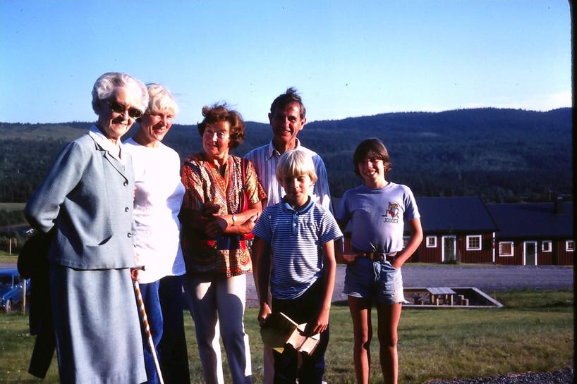 Åre, Jämtland början av 80-talet. Agnes (min mormors syster), min kära mor Ruth Gunhild, Elisabet, Hampe, Jonas, Jeppe. Början av 1980.talet.