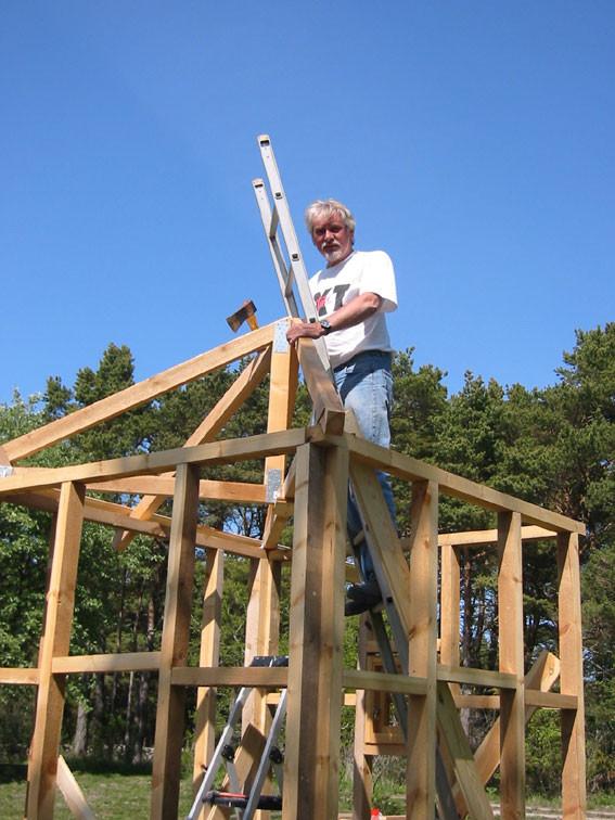 Holger bygger en bod med stomme av gotländskt kärnvirke, år 2004.