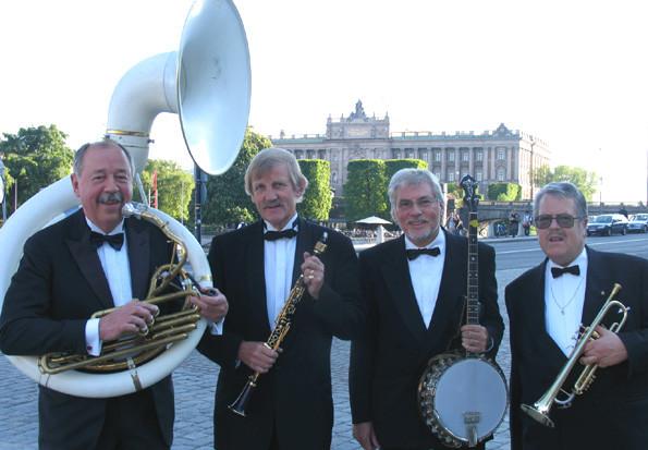 Gamla fina Lyxkvartetten står utanför Operakällaren.