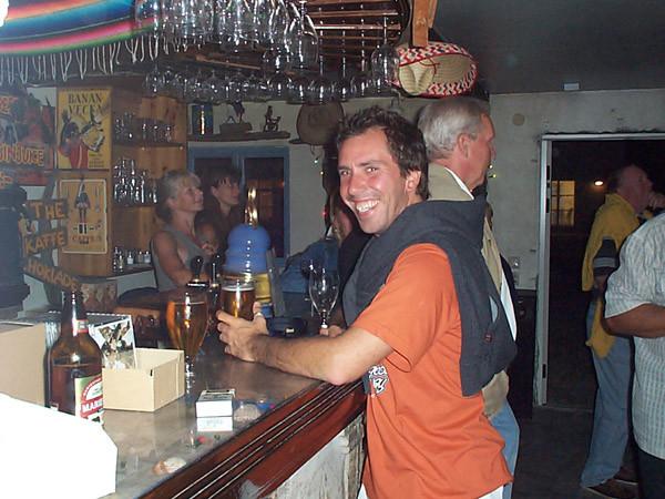 Jeppe Gross i baren på Hamra Krog, Gotland.
