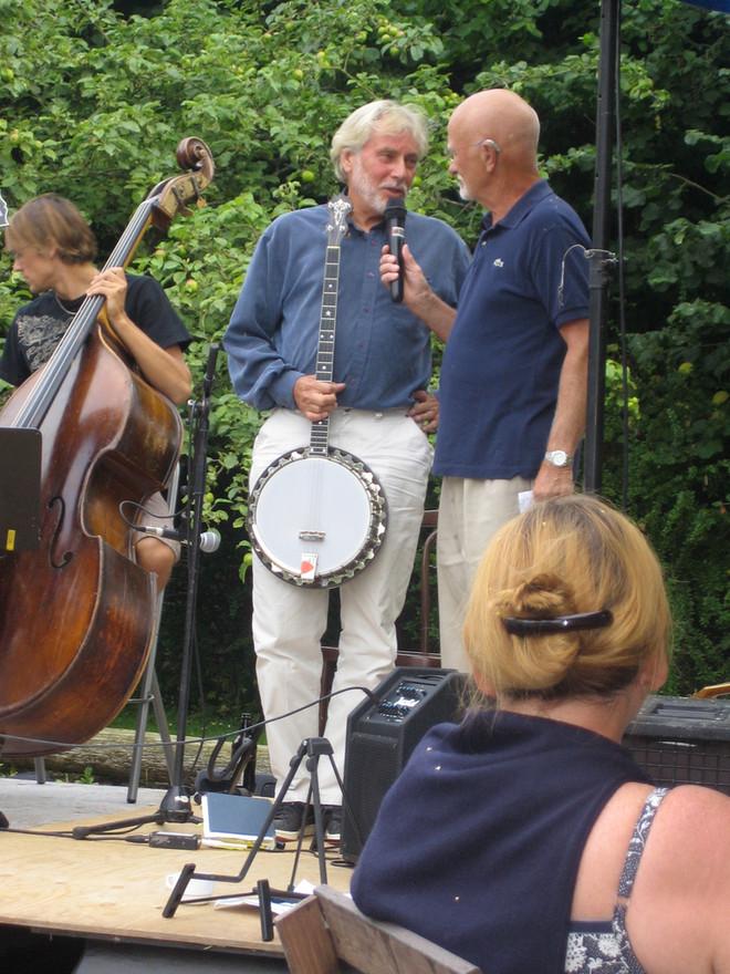 Bästa grannen och vännen Bosse Larsson var konferencier på Jazz på Björklunda. Bosse gick bort 12 juli 2015.