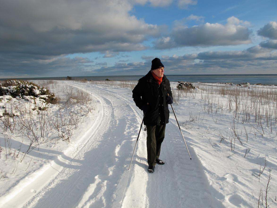 Holger på promenad vid Holmhällar på Gotlands sydspets. Vintern 2008/2009.