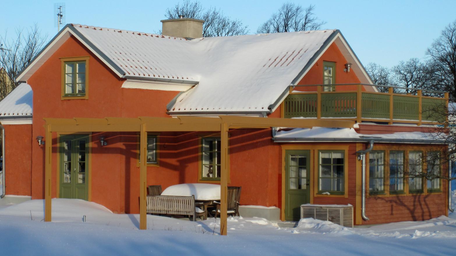 Marias vackra hus i Burgsvik. Nybyggd pergola av limträ. 2011.