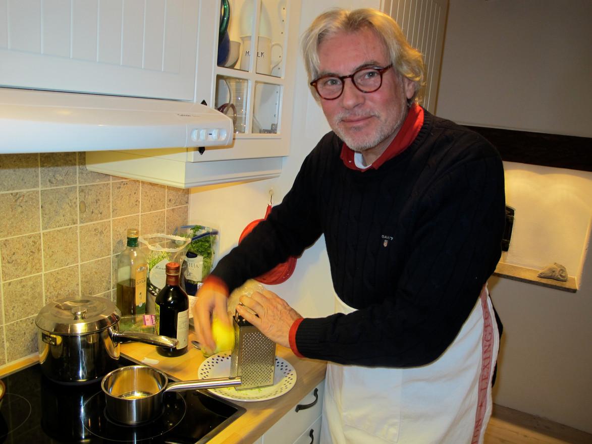 Holger i köket hos Maria i Burgsvik. År 2010.