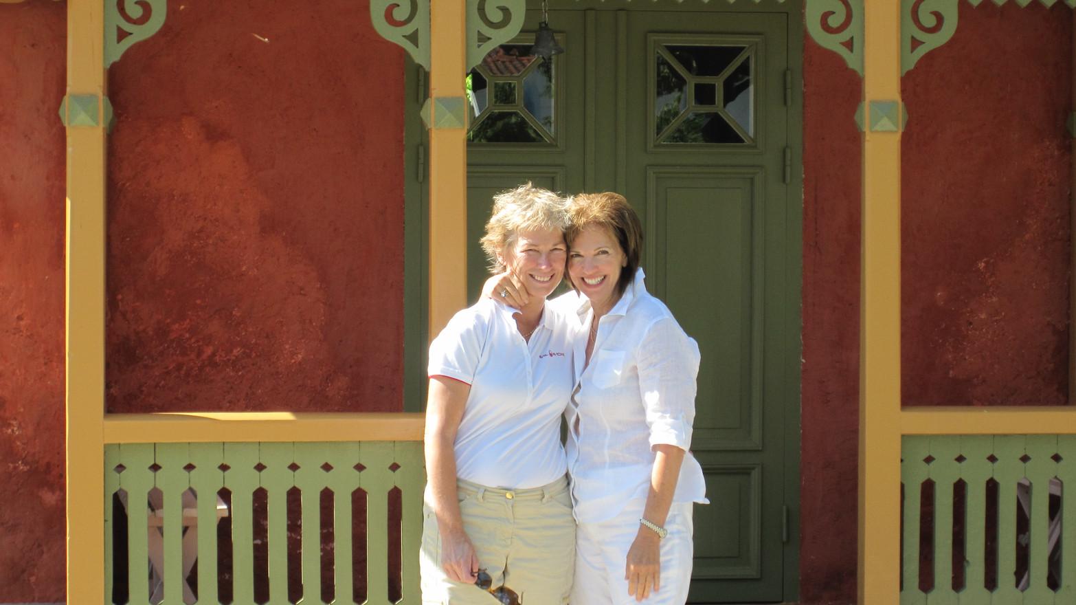 Vännerna Charlotte och Erin från USA på besök i Burgsvik.
