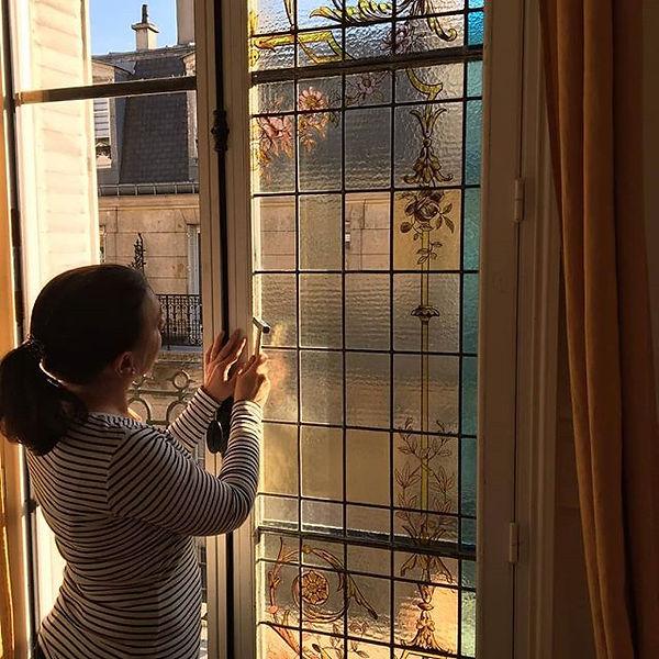 Montage des vitraux restaurés dans les vitres.