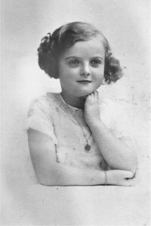 Jacqueline Morgenstern, de apenas sete anos em Paris (1940). Quatro anos depois Jacqueline foi internada pelos nazistas no campo de concentração de Neuengamme, onde foi submetida a experimentos médico, inclusive a inoculação do bacilo da tuberculose. Foi executada em abril de 1945, ao lado das demais crianças sobreviventes, pouco antes da libertação do campo pelas tropas Aliadas. (Crédito da imagem:  USHMM, New York).