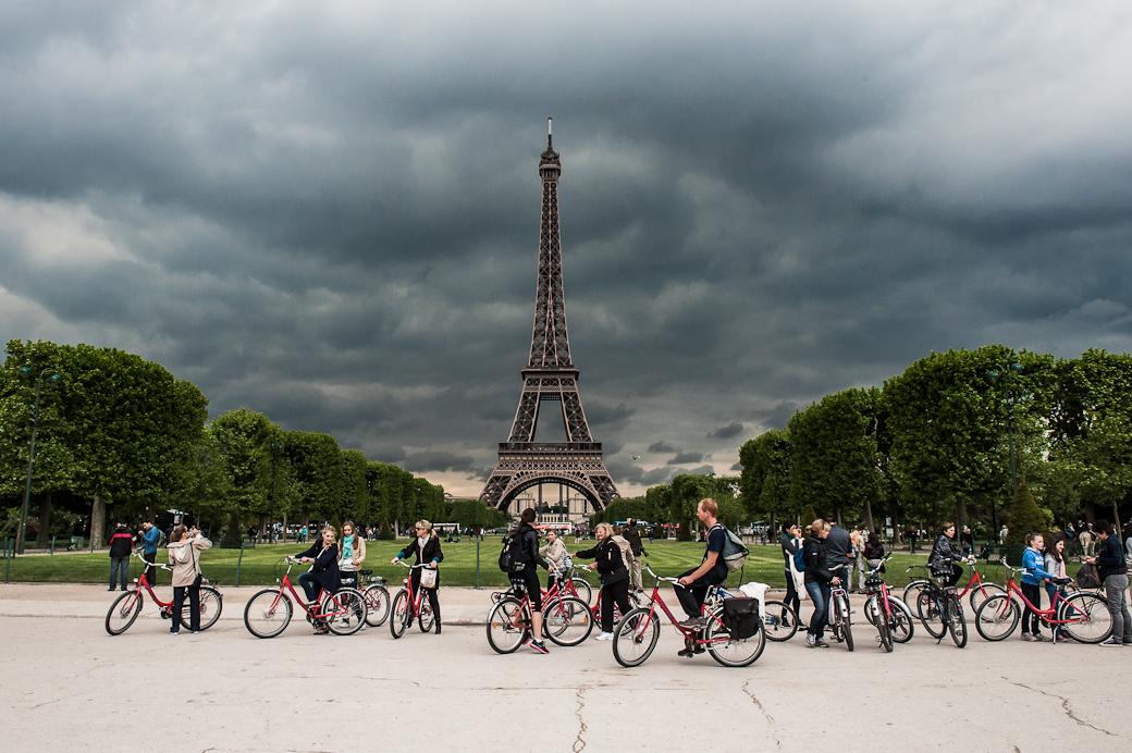 Cyclists, Eiffel tower