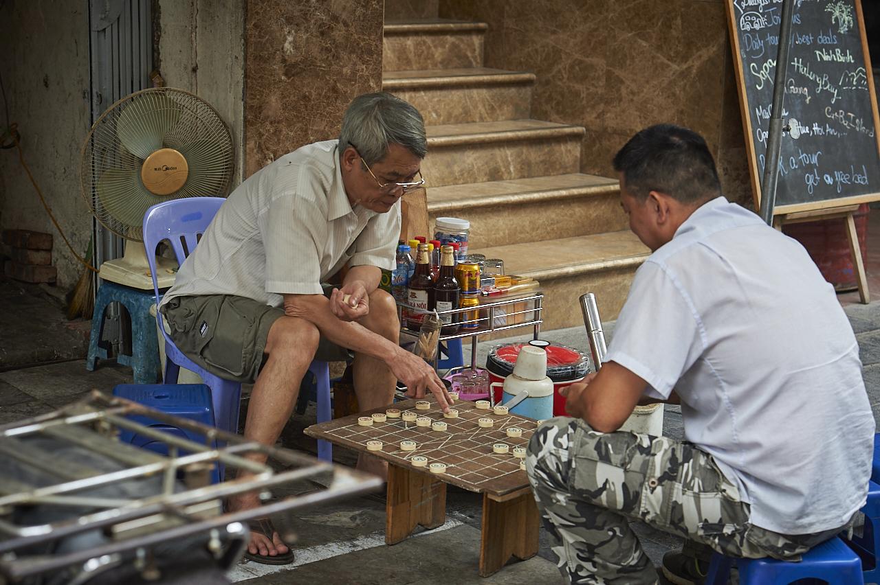 Playing Chinese chess, Hanoi