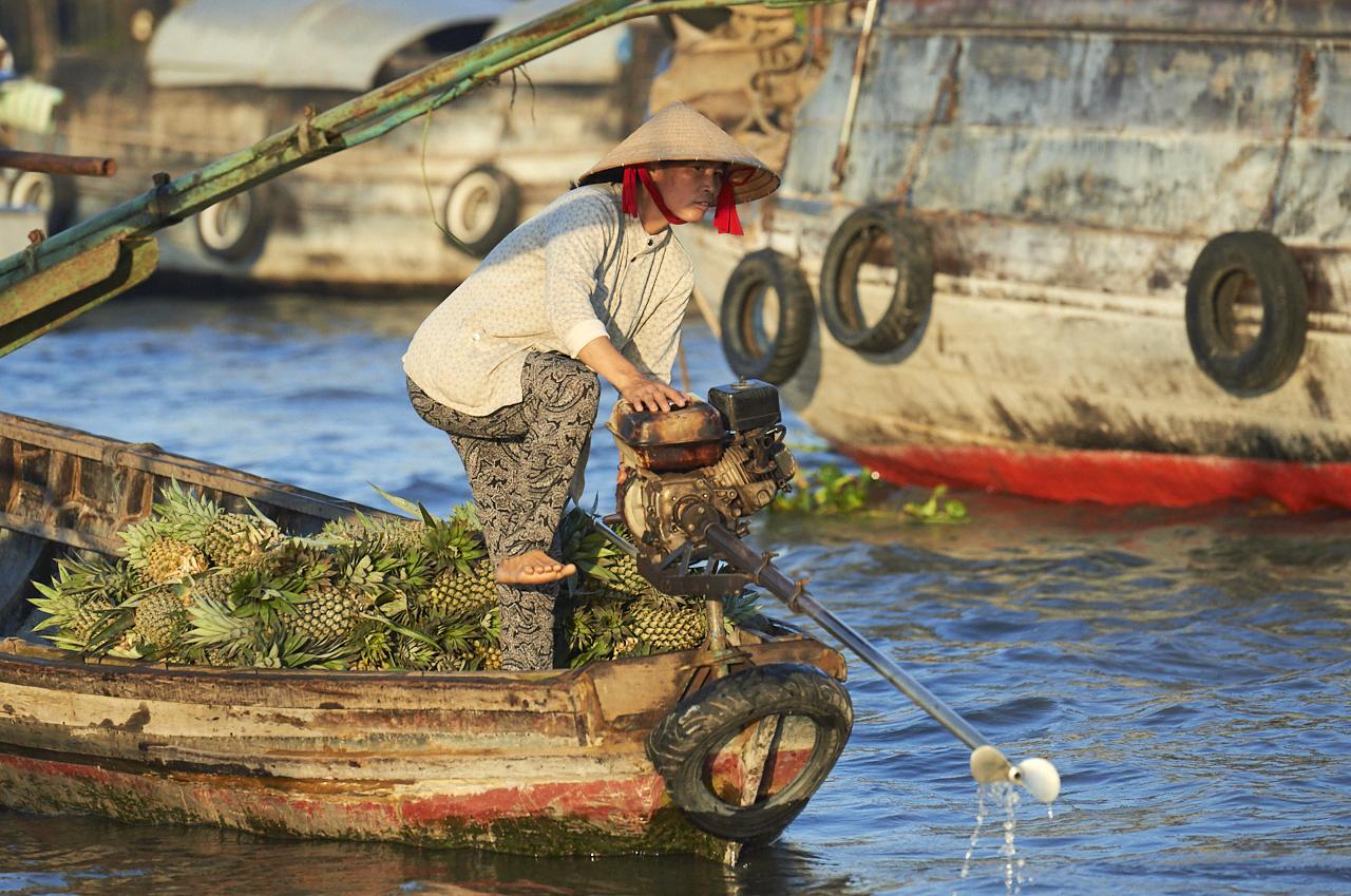 Floating market worker, Mekong