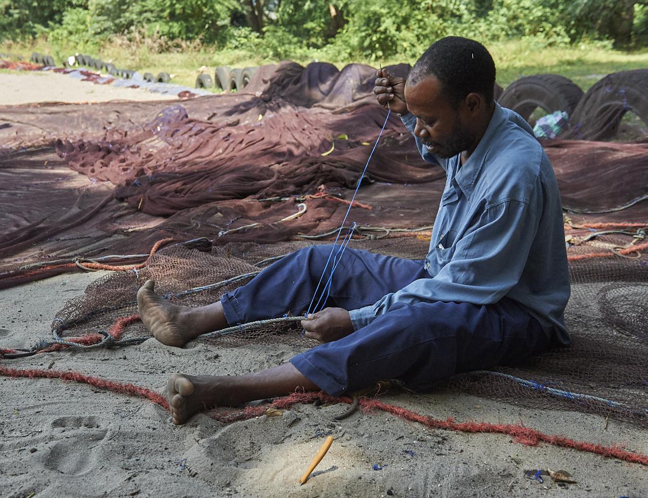 Repairing fishing nets, Stoneto