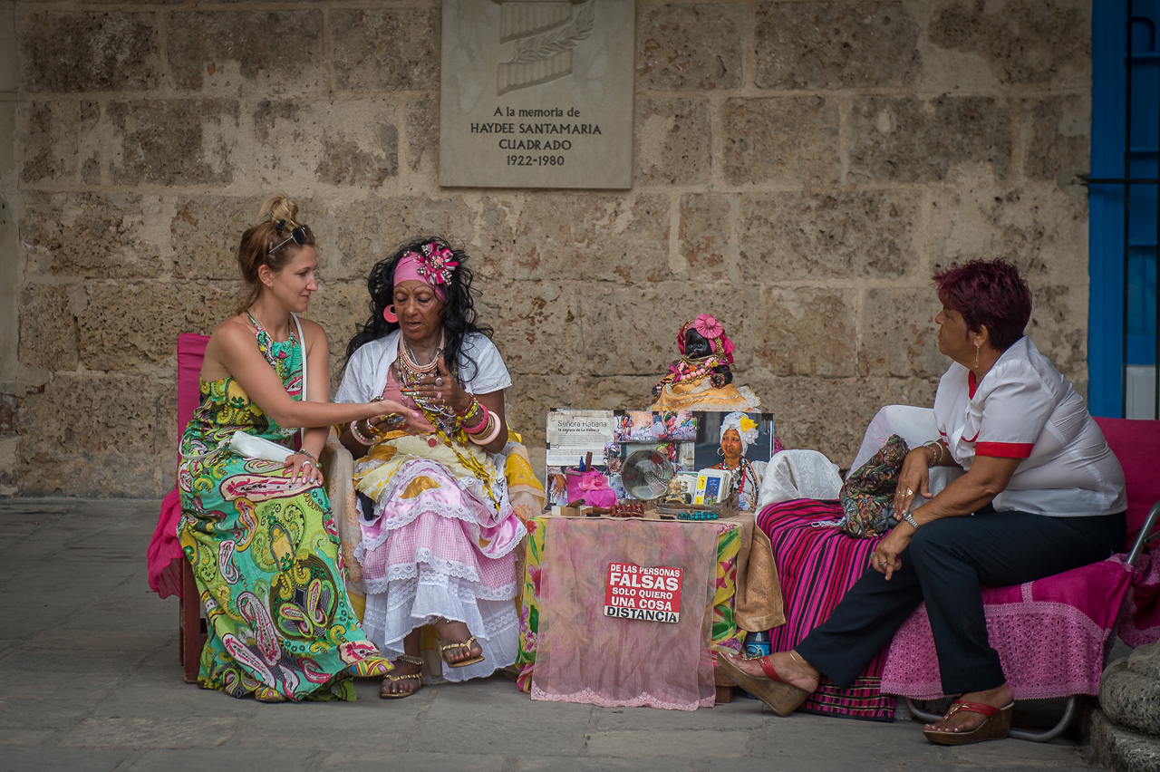 Santera telling fortune, Havana
