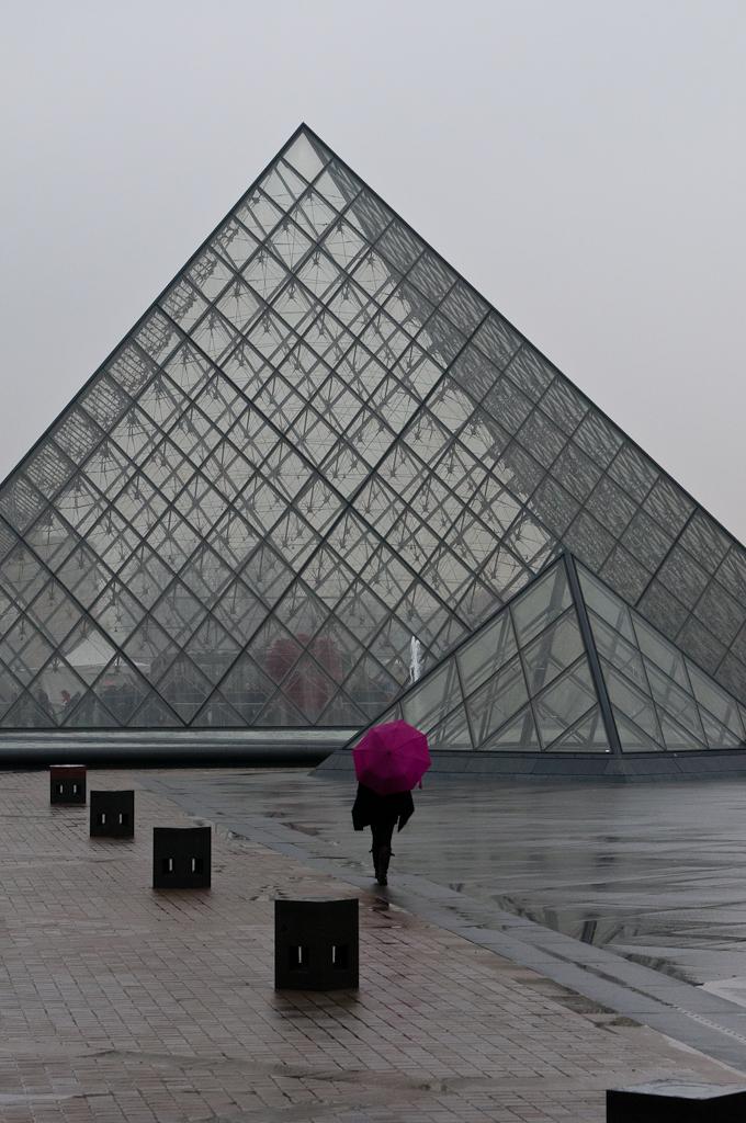 Girl in the rain, Louvre