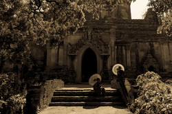 Monks under the sun, Bagan