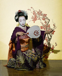 Maiko performing dance