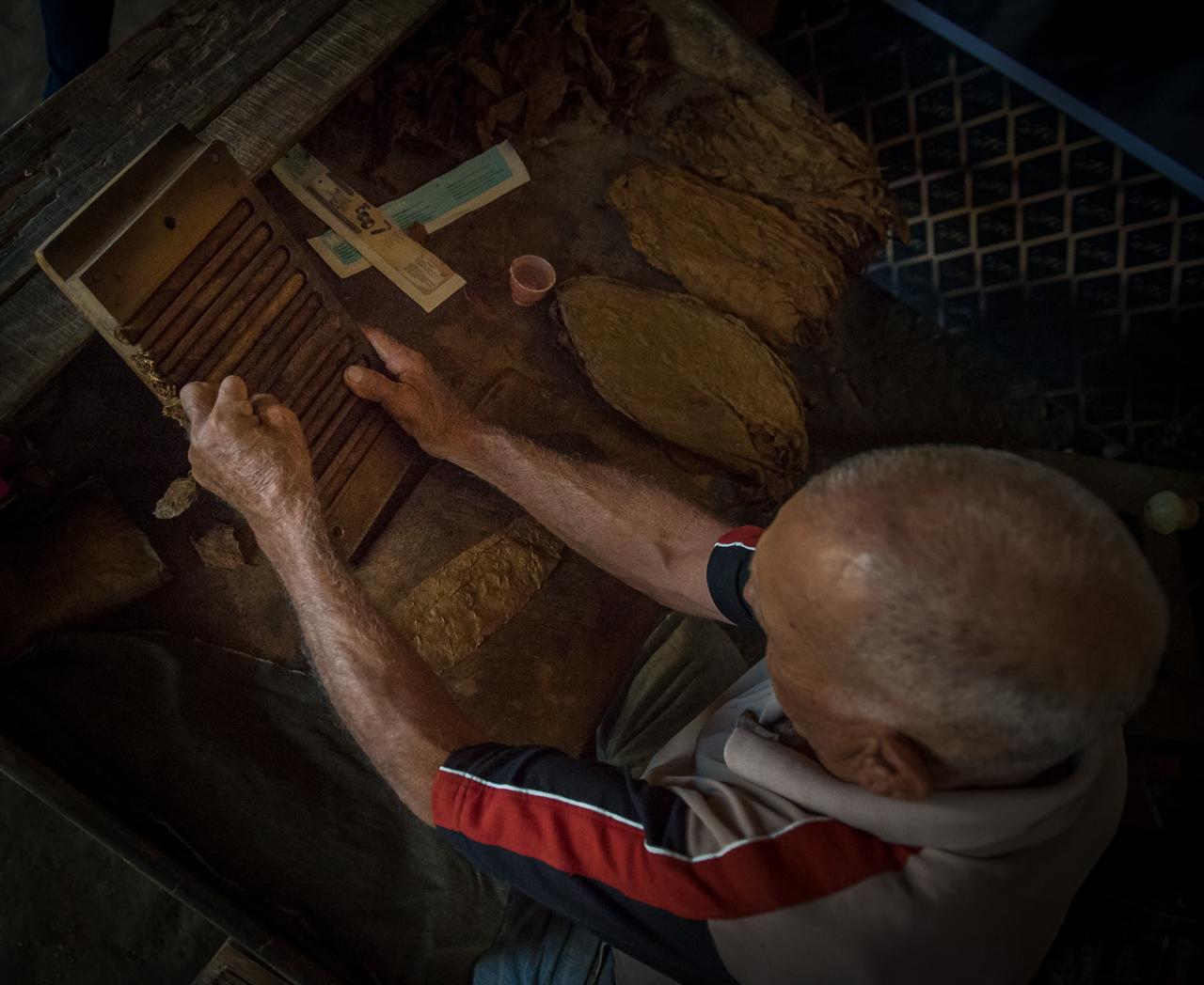Cigar rolling man,  Pinar del Rio