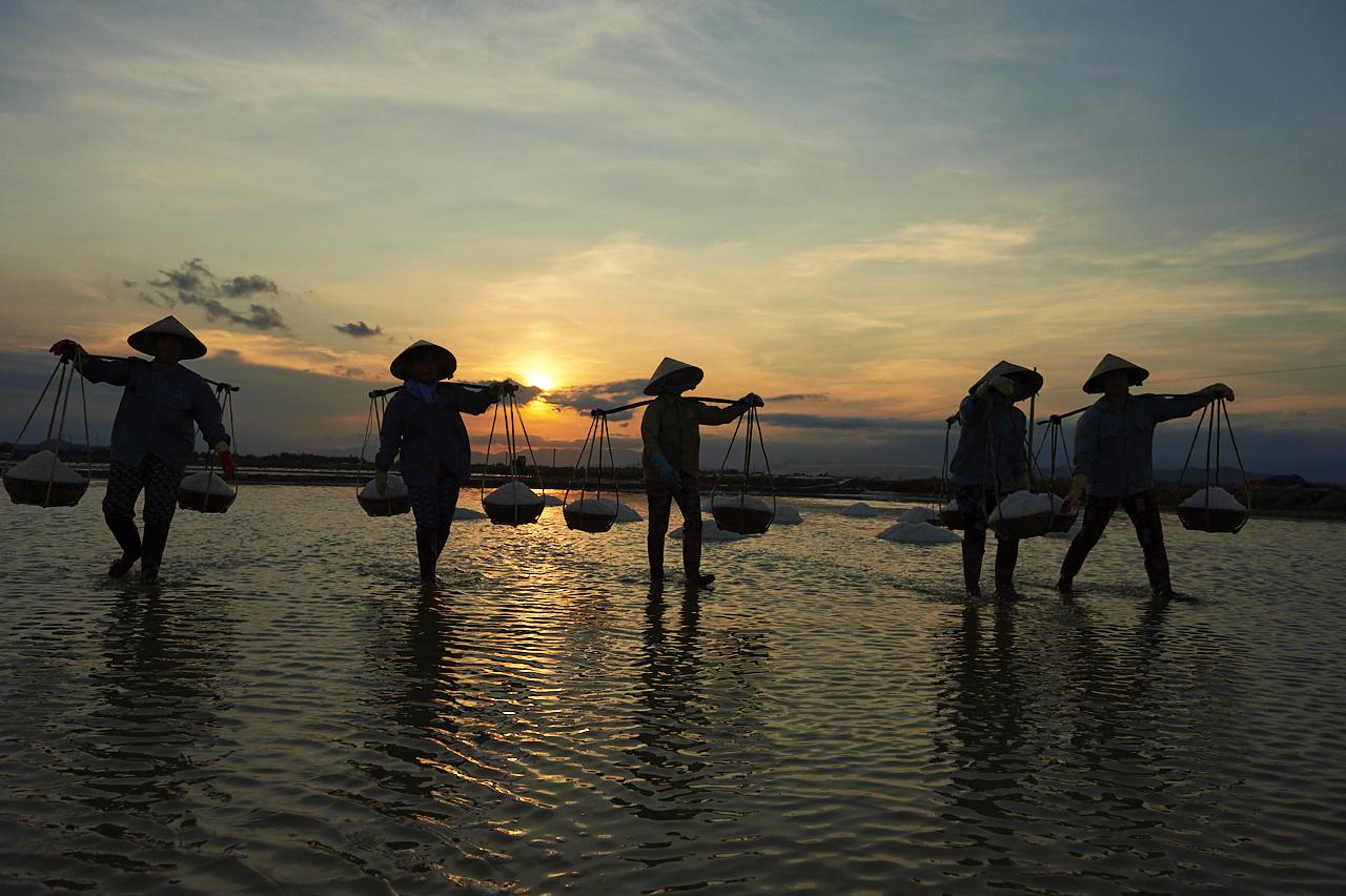 Salt workers, Hon Khoi Salt field