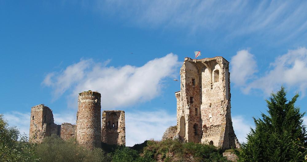 la formidable forteresse des ducs de Bourbon à Hérisson gardait la frontière avec le Berry