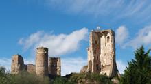 La formidable forteresse des Ducs de Bourbon  verouille l'entrée du Bourbonnais