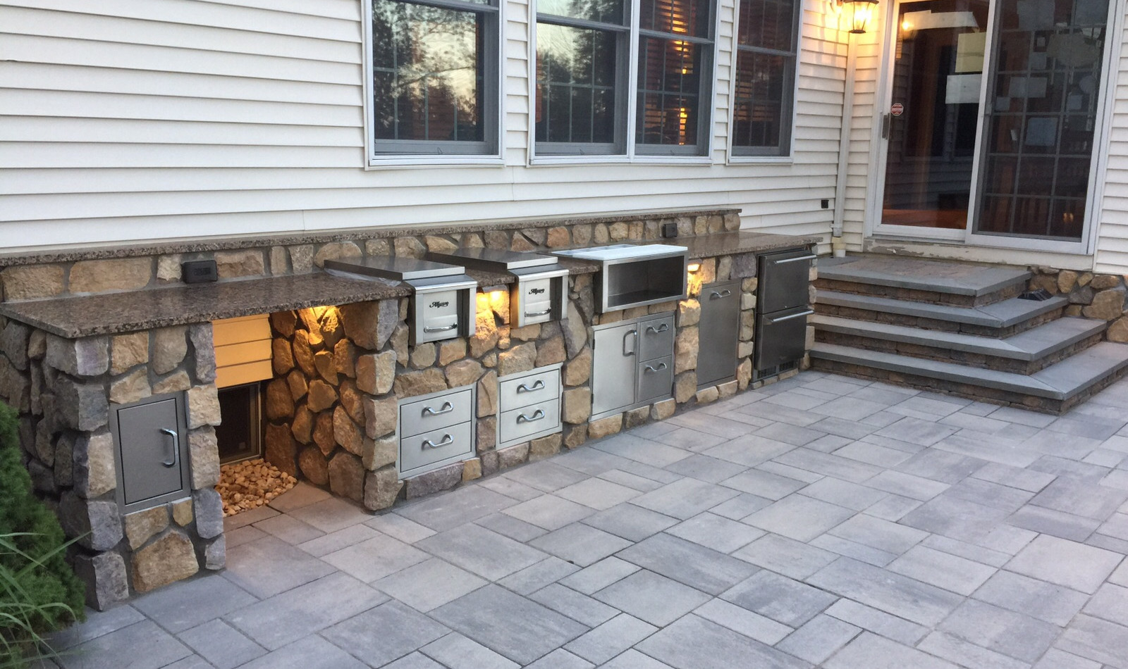 Outdoor Kitchen with steps