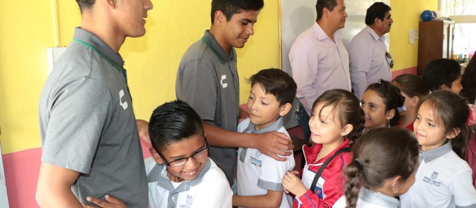 RAYOS DE LUZ VISITA LA ESCUELA EZEQUIEL A. CHAVEZ Y ENTREGA BALONES.
